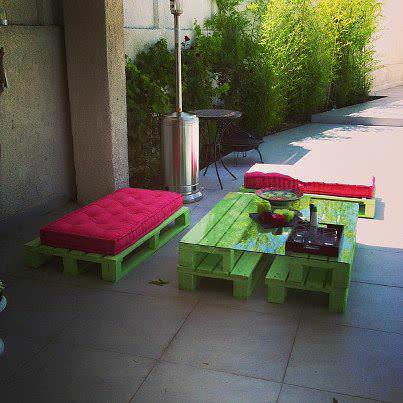 Patio Furniture Made with Pallets http://www.1001pallets.com/2013/01/pallet-outdoor-salon/