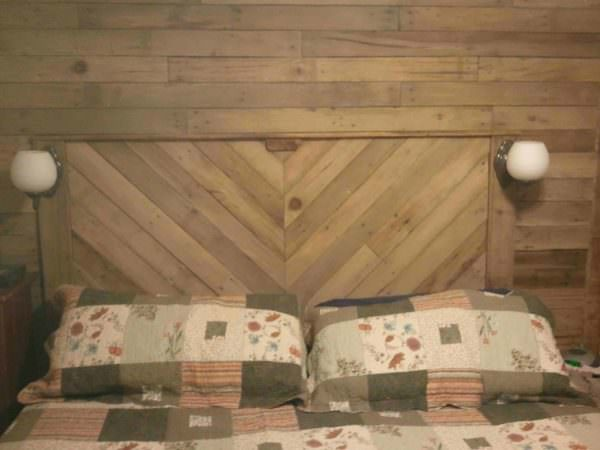 Built-in Bed Headboard & Wall With Recycled Pallets DIY Pallet Bedroom - Pallet Bed Frames & Pallet Headboards Pallet Walls & Pallet Doors