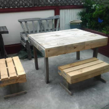 Outdoor Pallets Table & Chairs