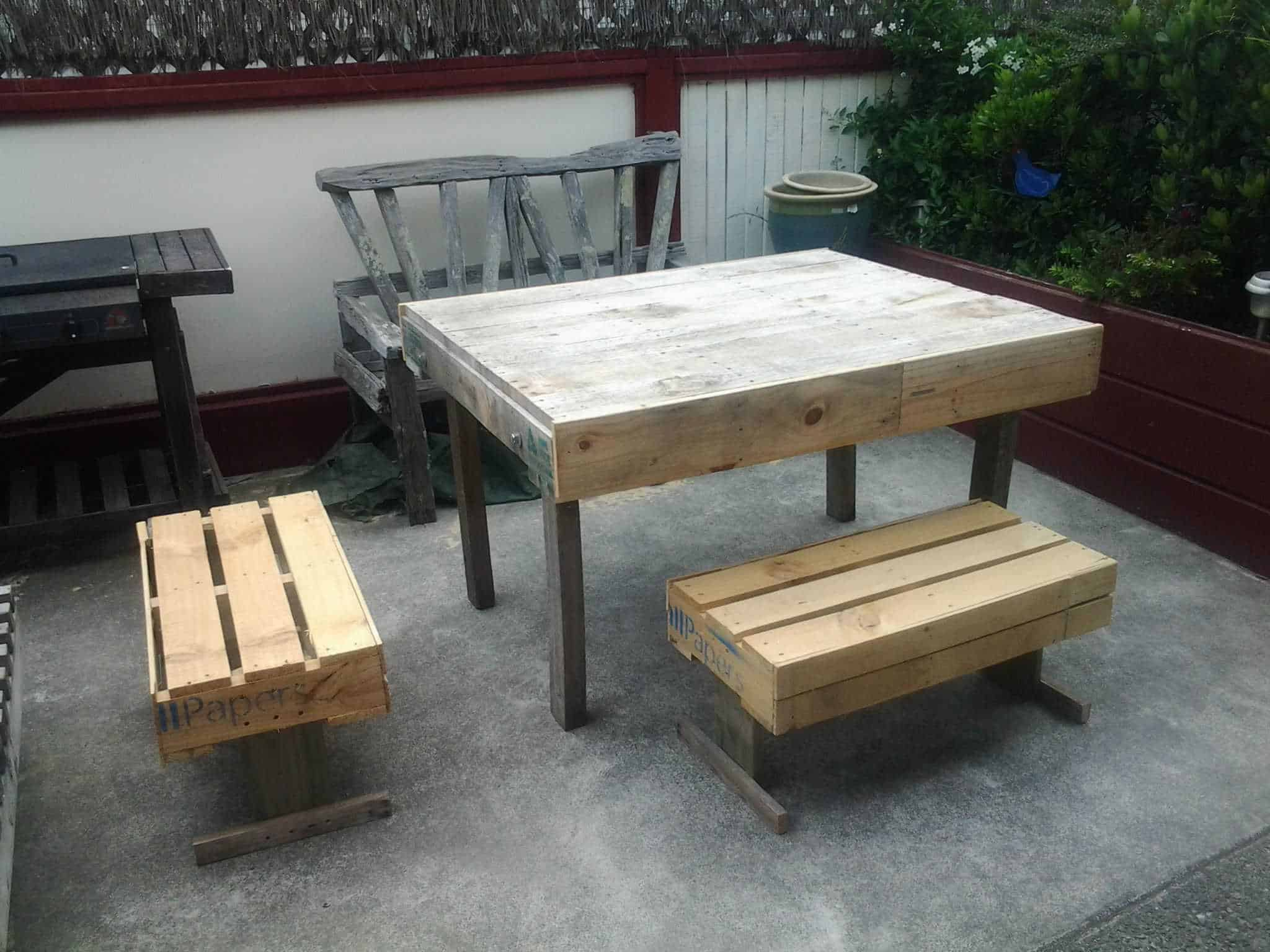 Outdoor Pallets Table amp Chairs 1001