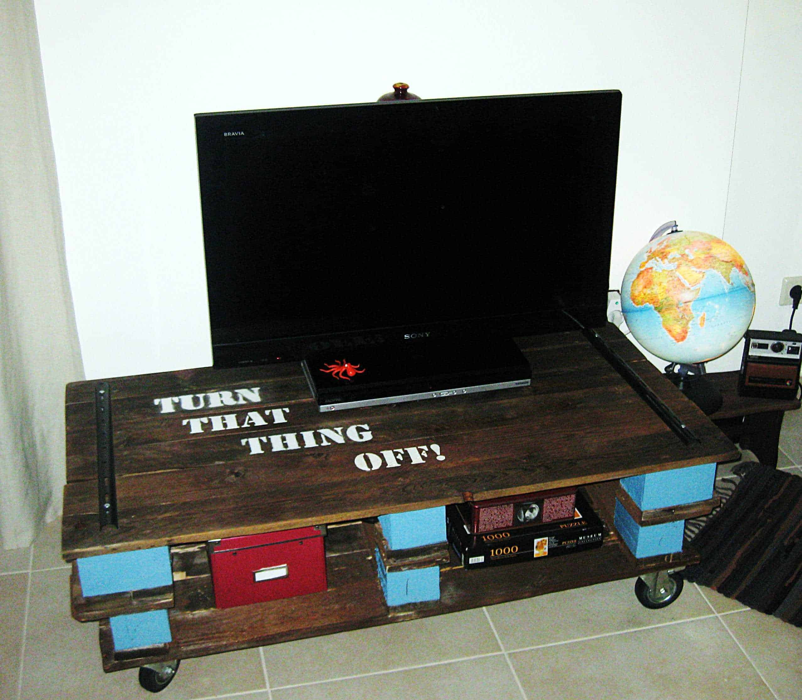 Pallet tv table pallet ideas 1001 pallets for Table en palette