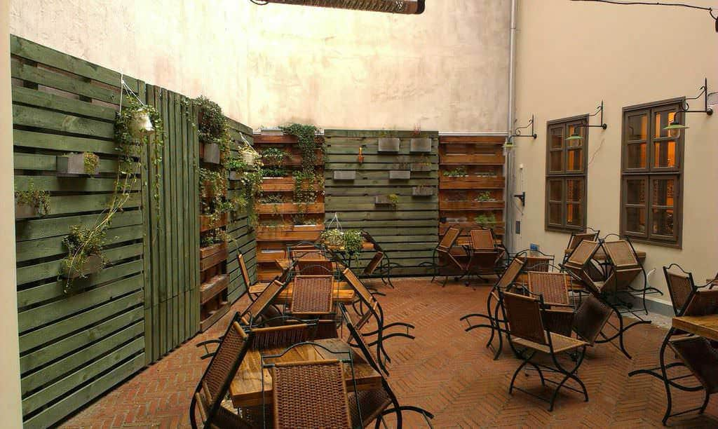 pallet wall in a restaurant 1001 pallets. Black Bedroom Furniture Sets. Home Design Ideas