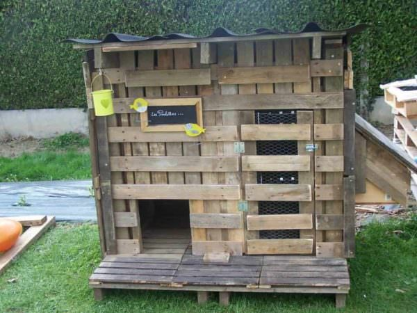 Recycled Pallets Chicken Coop Has Message Board Animal Pallet Houses & Pallet Supplies