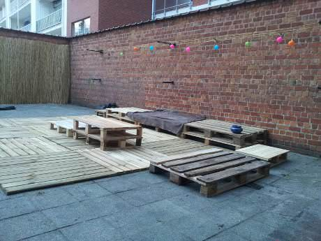 How To Transform A Courtyard With Pallets Pallet Terraces & Pallet Patios