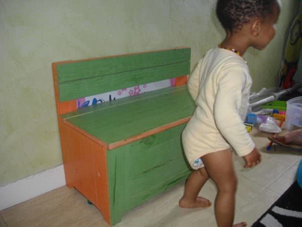 A Toybox Bench Made With Wooden Pallets & Ecological Paint Fun Pallet Crafts for Kids Pallet Boxes & Chests