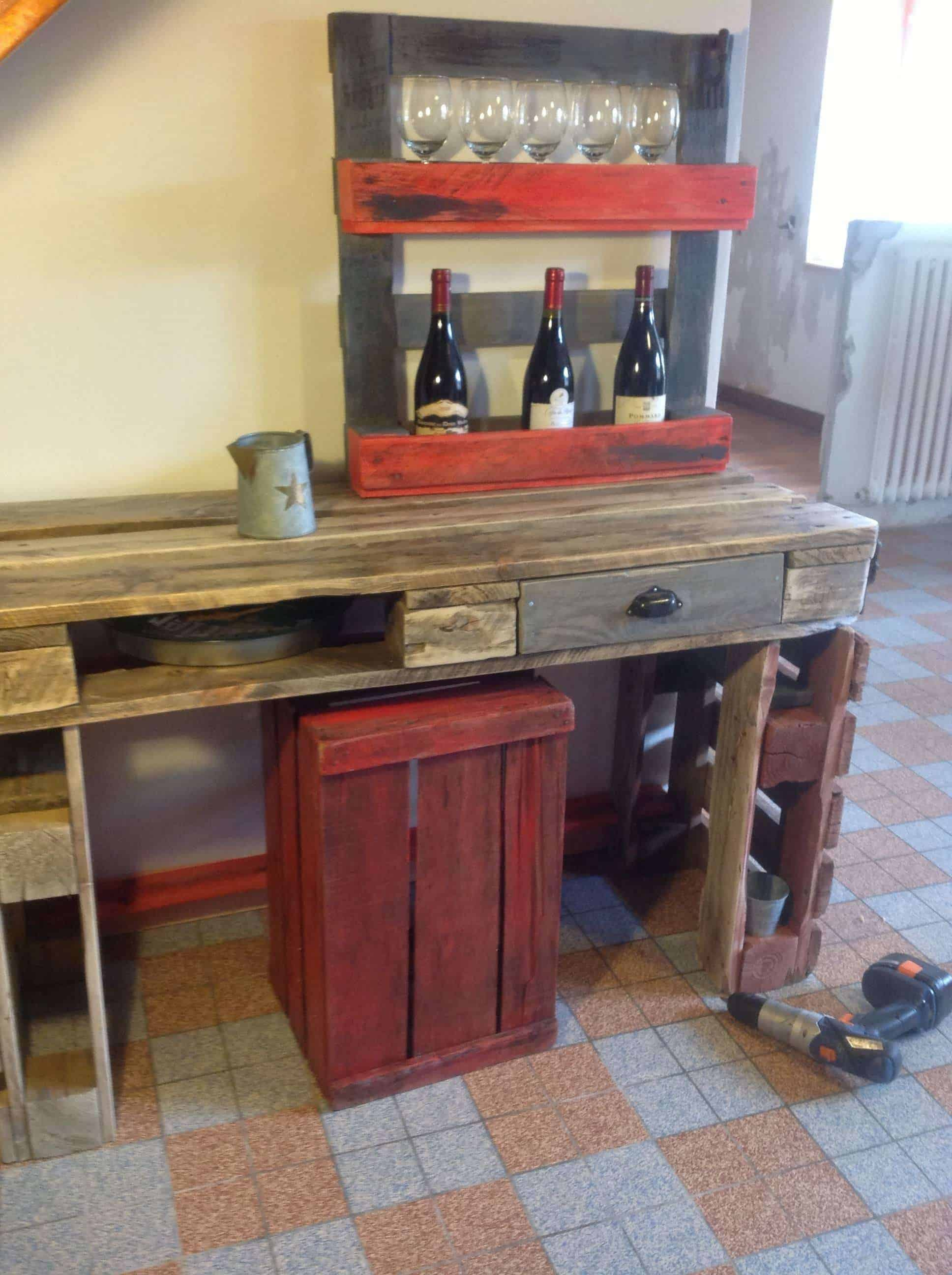 Kitchen table wine rack out of recycled pallets 1001 for Fabrication de meuble en bois de palette