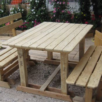 Outdoor Pallet Benches & Table