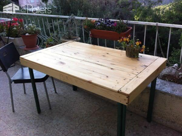 Here's my second pallet-inspired project. I made an Outdoor Pallet Table for my patio.