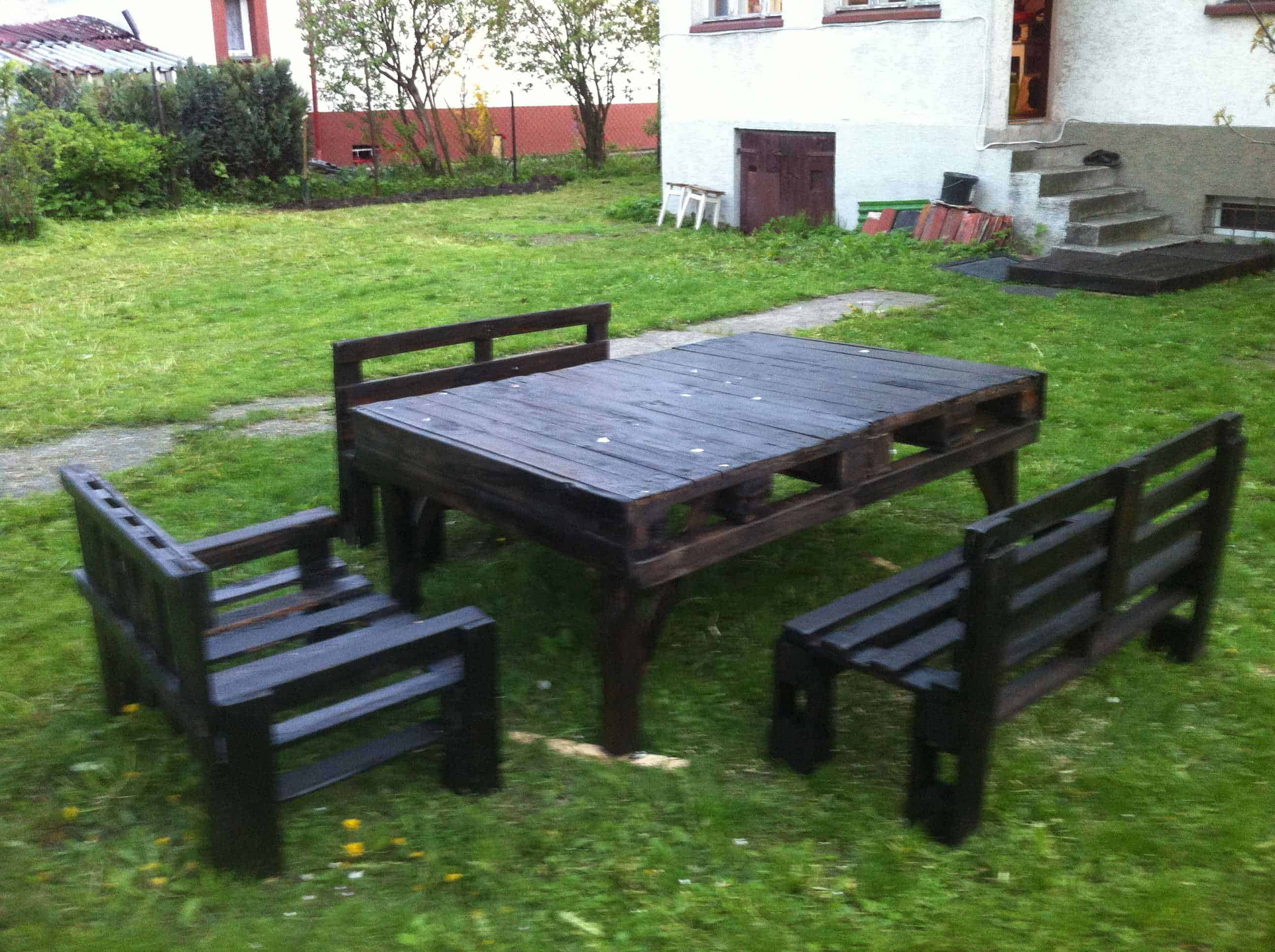 Pallet garden furniture 1001 pallets for Palette table de jardin