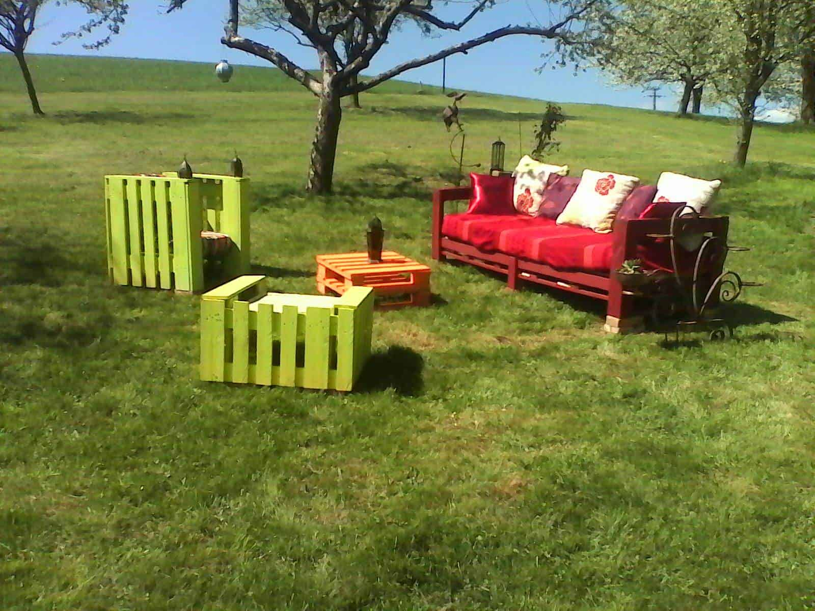 salon de jardin en palettes colorful pallets garden set. Black Bedroom Furniture Sets. Home Design Ideas