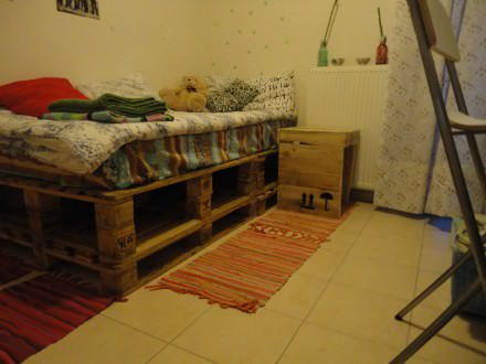 My neighbour's pallet bed and the bedside project