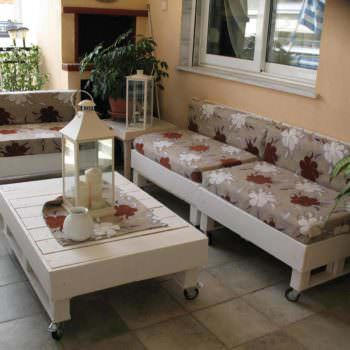 Sofa & Coffee Table Made From Recycled Pallets
