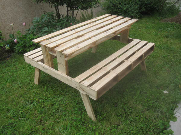 Garden picnic table made with discarded pallets 1001 pallets - Fabriquer une table en bois de palette ...