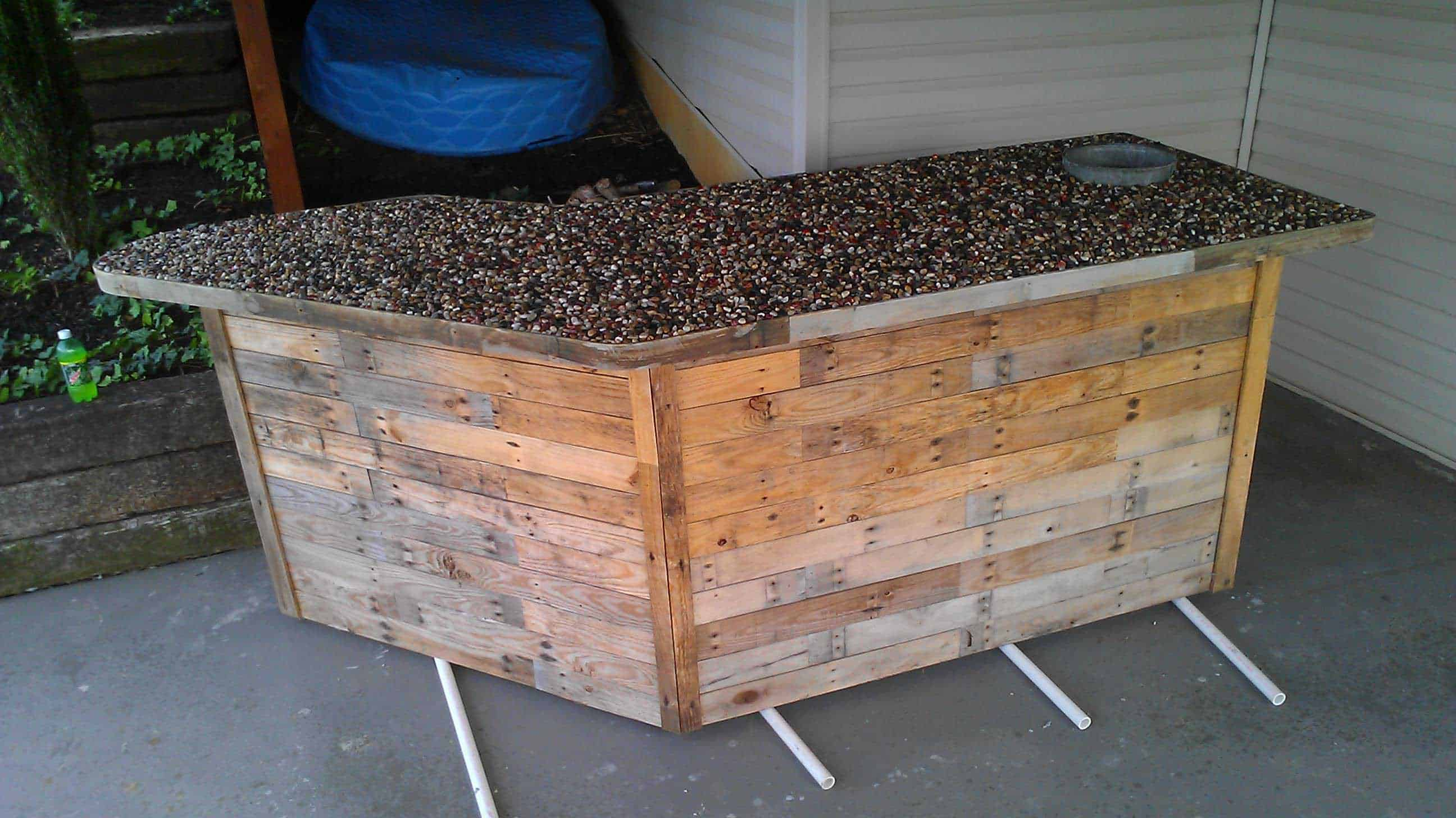 Outdoor Bar Made From Pallets Amp Pebbles 1001 Pallets