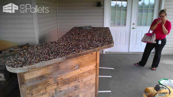 Outdoor Bar Made From Pallets & Pebbles DIY Pallet Bars