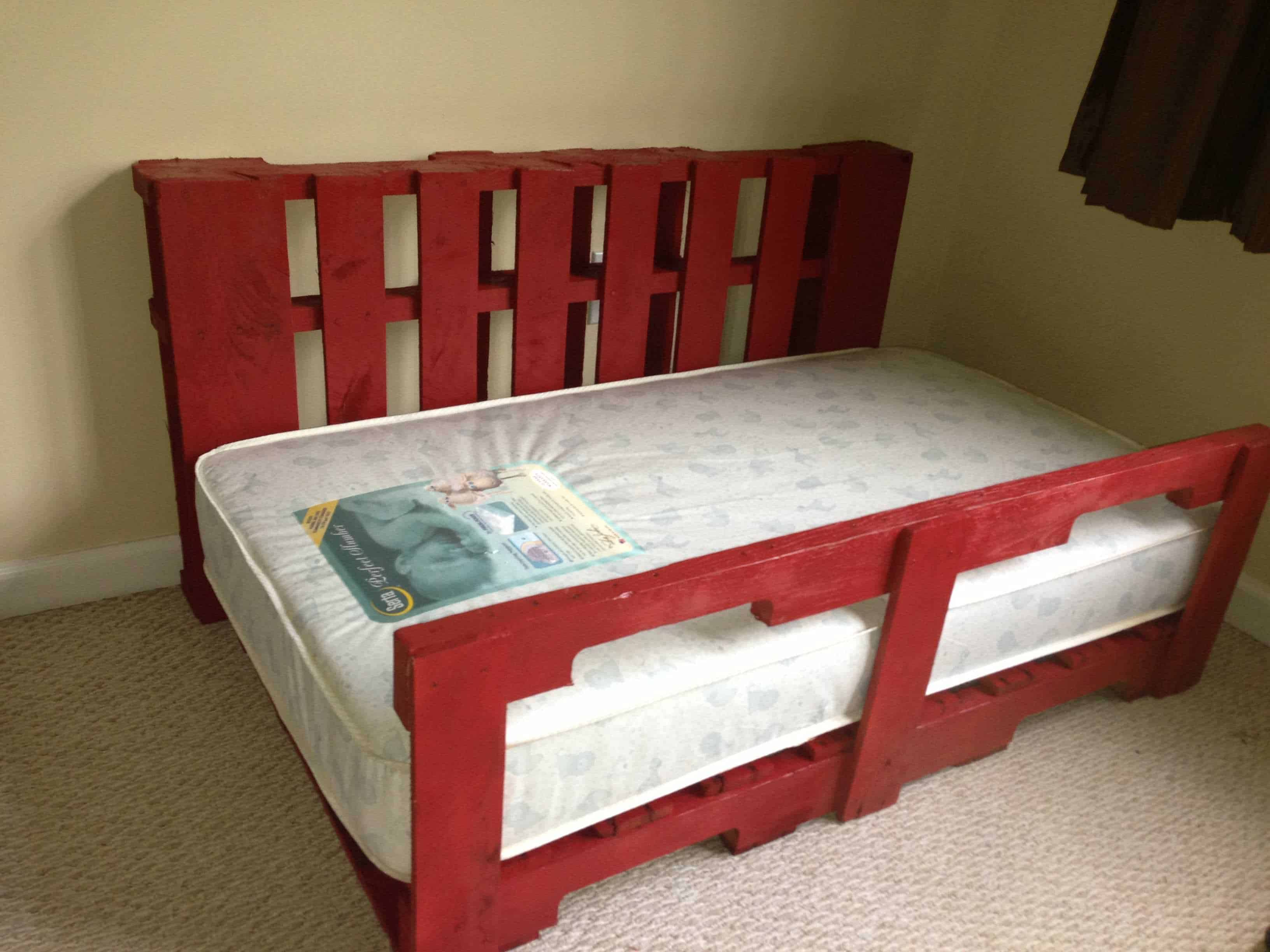 Toddler pallet bed 1001 pallets for Diy kids pallet bed