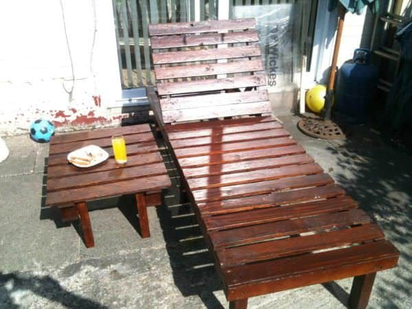 Sun lounger small table from discarded pallets 1001 for Petite table pour ordinateur portable
