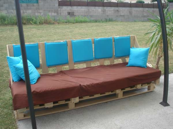 Outdoor sofa from discarded pallets canap d 39 ext rieur - Canape exterieur en palette ...