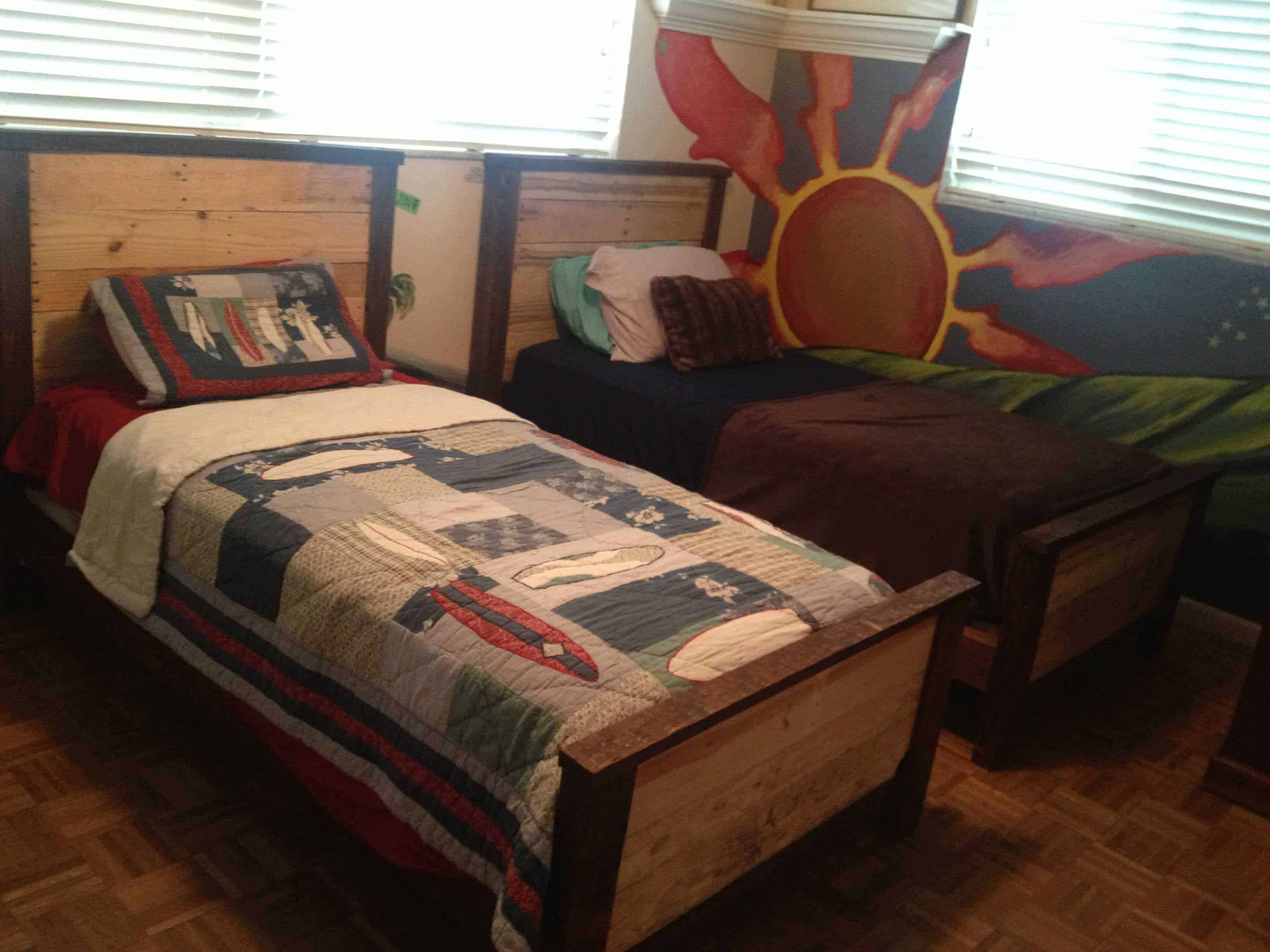 Diy kids pallet bed images galleries for Diy kids pallet bed