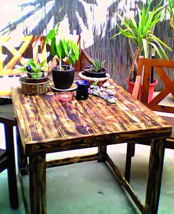 Yard Table Made Out Of Discarded Pallet Pallet Desks & Pallet Tables Pallets in The Garden