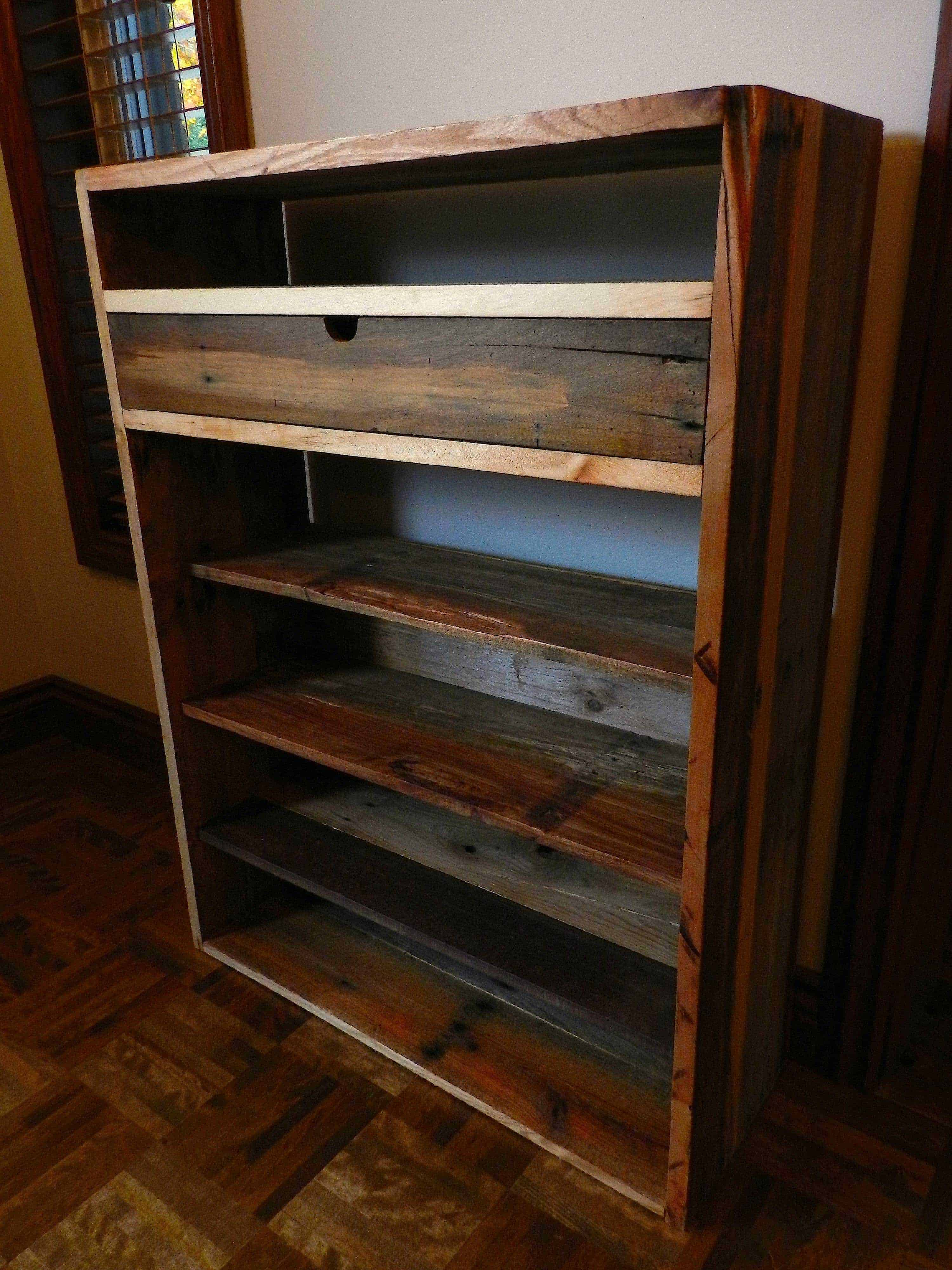 Dresser made from recycled pallets commode faite de for Recycler des palettes