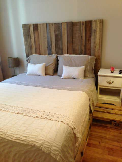 Headboard barn wood spring bed pallets t te de lit for Tete de lit avec tablette