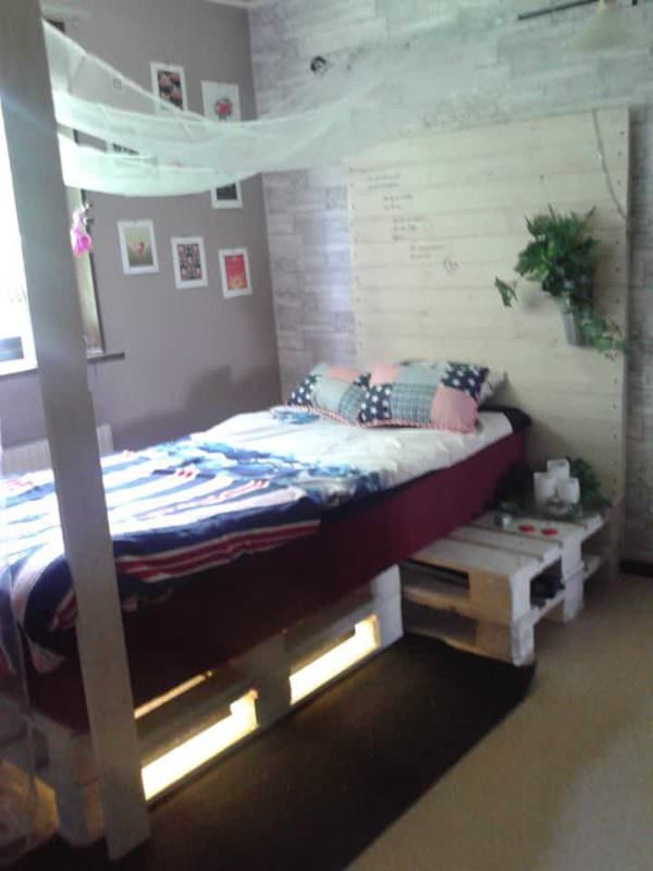 Pallet Bed Made Of 4 Discarded Pallets DIY Pallet Bedroom - Pallet Bed Frames & Pallet Headboards