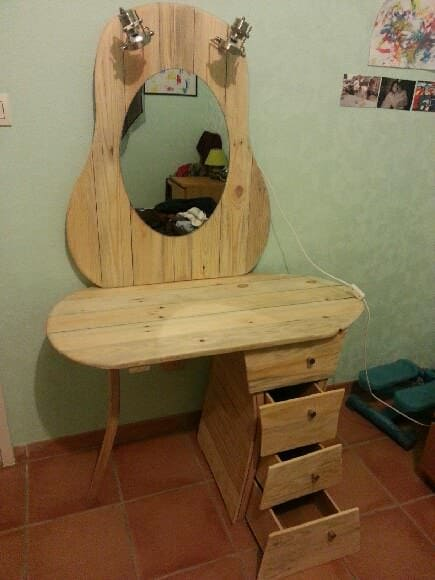 Dressing Table / Coiffeuse DIY Pallet Furniture Pallet Desks & Pallet Tables