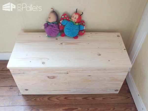 un grand coffre jouets en bois de palette pallet toys box 1001 pallets. Black Bedroom Furniture Sets. Home Design Ideas