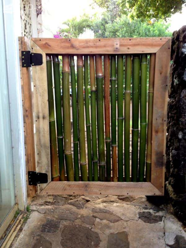 Pallet and bamboo courtyard gate 1001 pallets for Barandales de madera para jardin