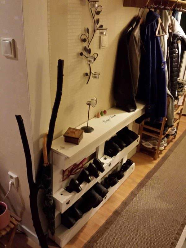 Pallet Shoes Storage In Your Entrance / Skohylla Pallet Shelves & Pallet Coat Hangers