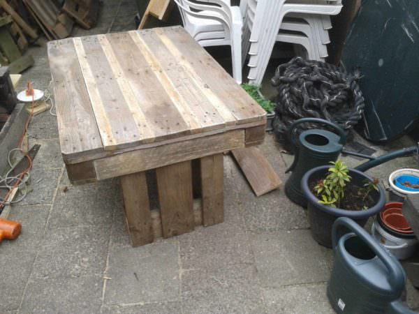 Upcycled Pallet Garden Table With 2 Pallets Pallet Desks & Pallet TablesPallets in the Garden