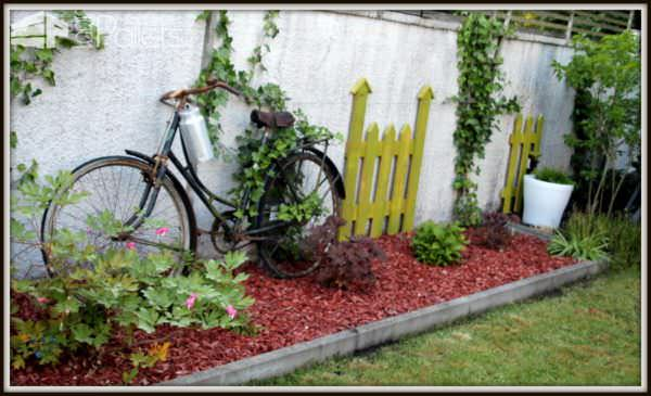 Palette version d co au jardin pallet as garden - Decoration jardin velo ...