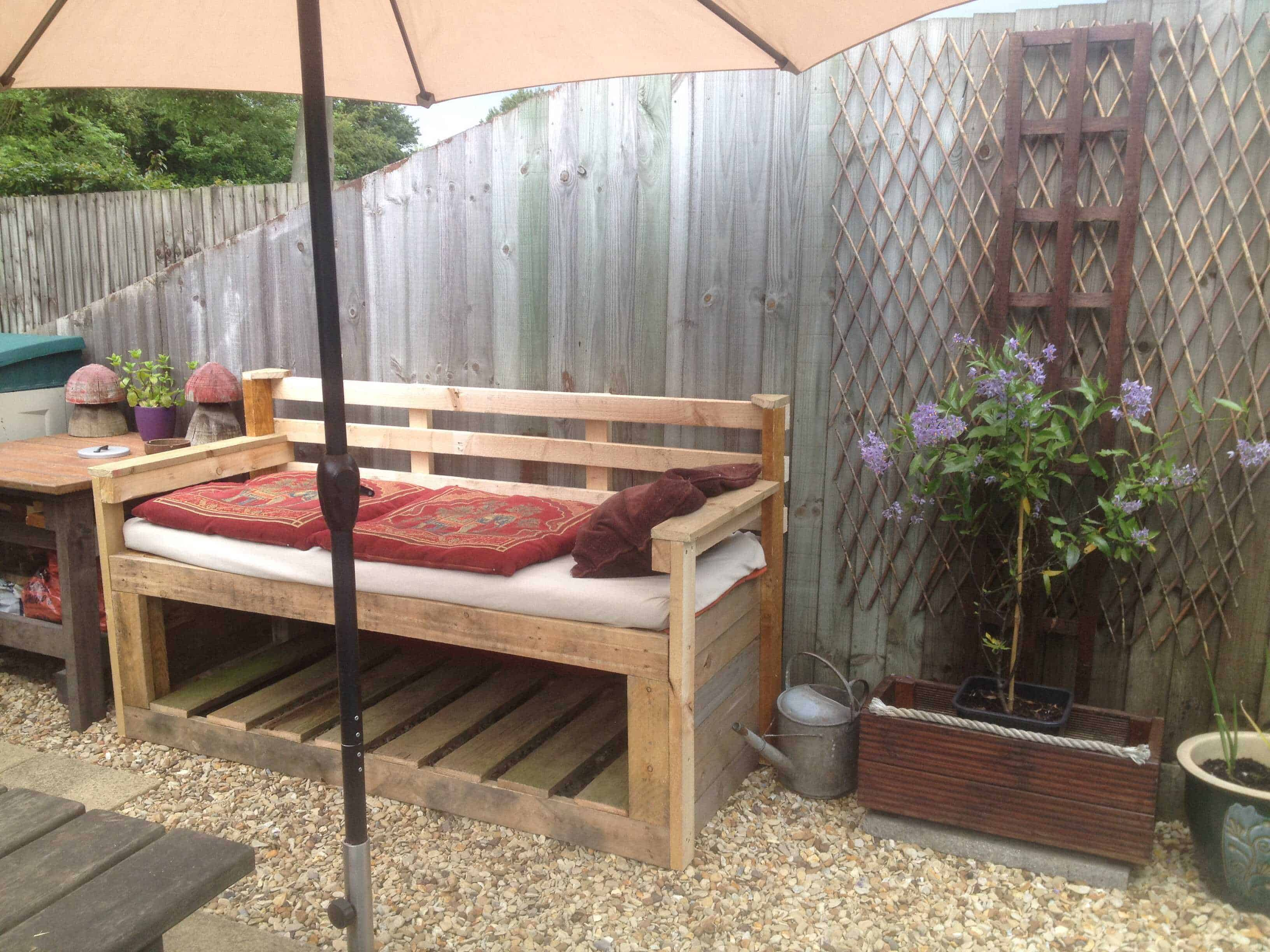 pallet garden sofa 1001 pallets. Black Bedroom Furniture Sets. Home Design Ideas