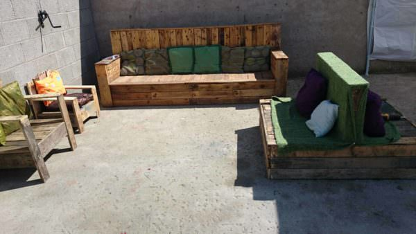 Pallets seating area 1001 pallets - Lounger for the garden crossword ...