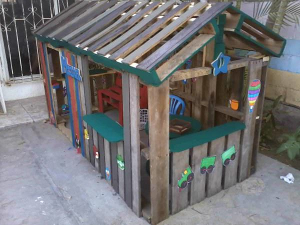 Casa de ni o con palettes kids pallet playhouse 1001 for How to build a playhouse out of pallets