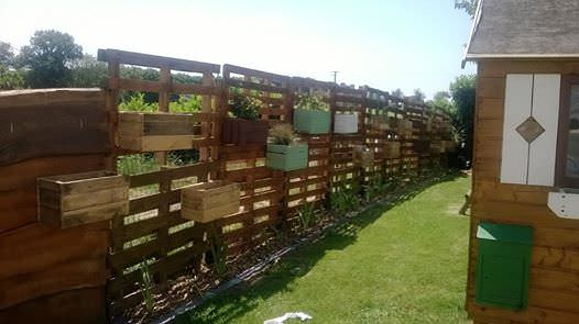 cl ture et jardin res en palettes pallets fence planters 1001 pallets. Black Bedroom Furniture Sets. Home Design Ideas