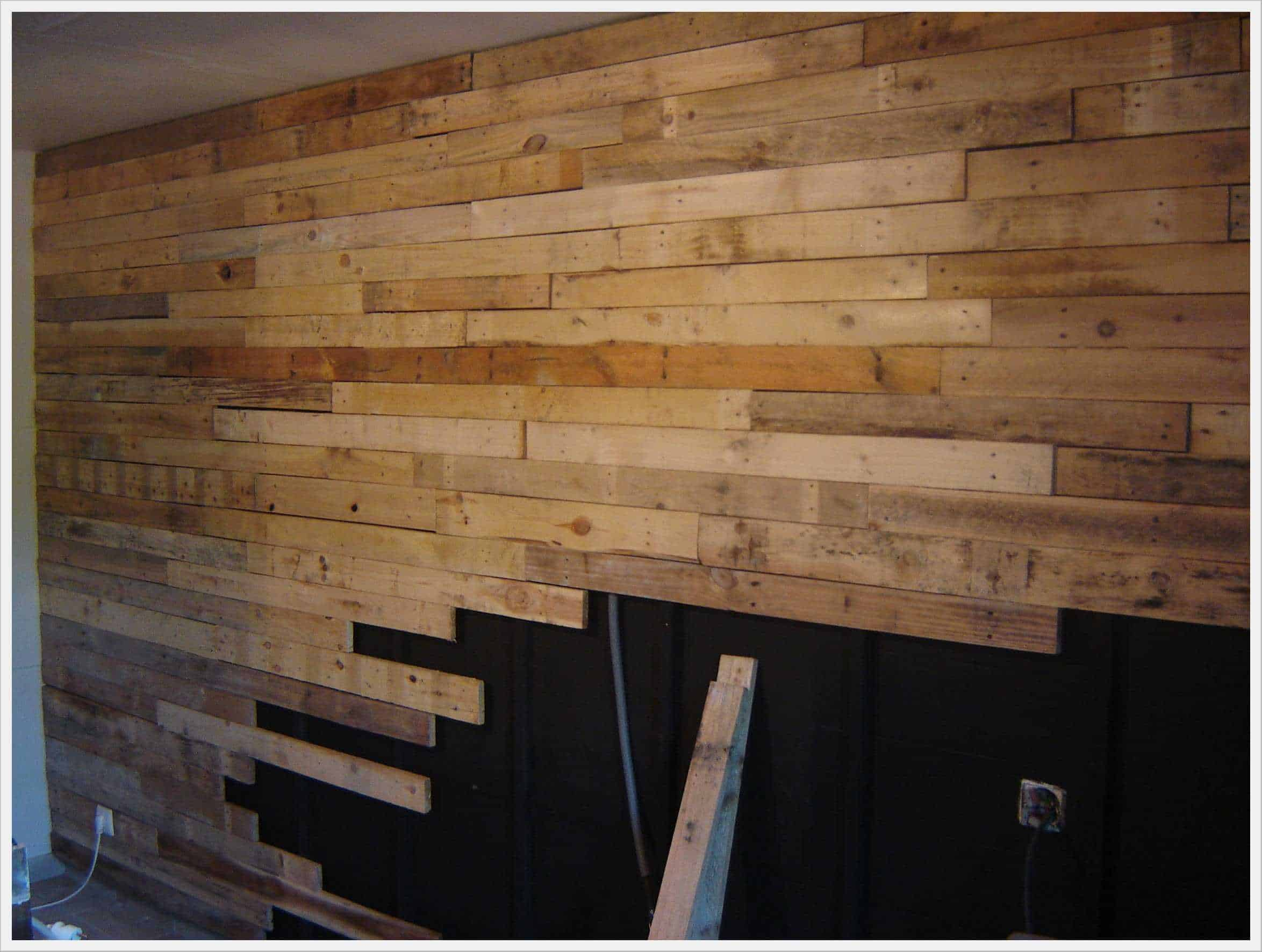 r alisation d 39 un mur en planches de palettes wall made out of 120 reclaimed pallets 1001 pallets. Black Bedroom Furniture Sets. Home Design Ideas