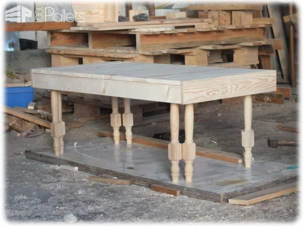 Table basse en bois de palette pieds de chaises for Table basse palette