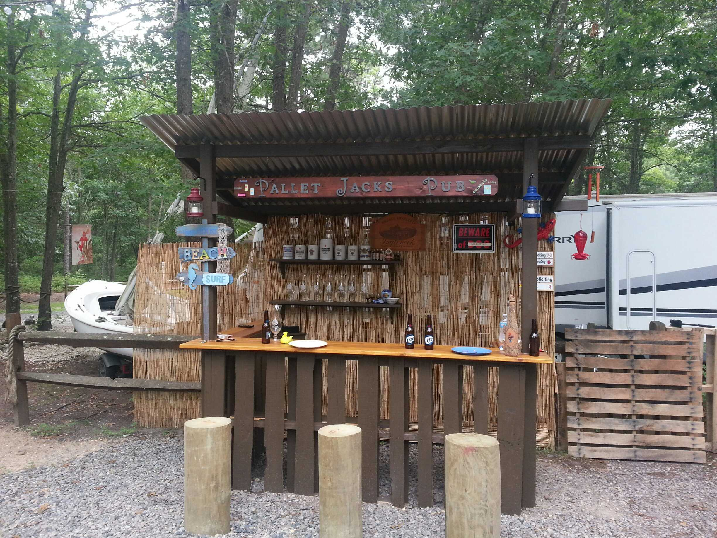 Outdoor Tiki Bar Made With Repurposed Pallets 1001