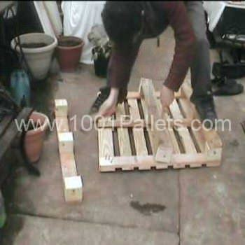How To Easily Dismantle A Wooden Pallet With a Hammer and a Plank