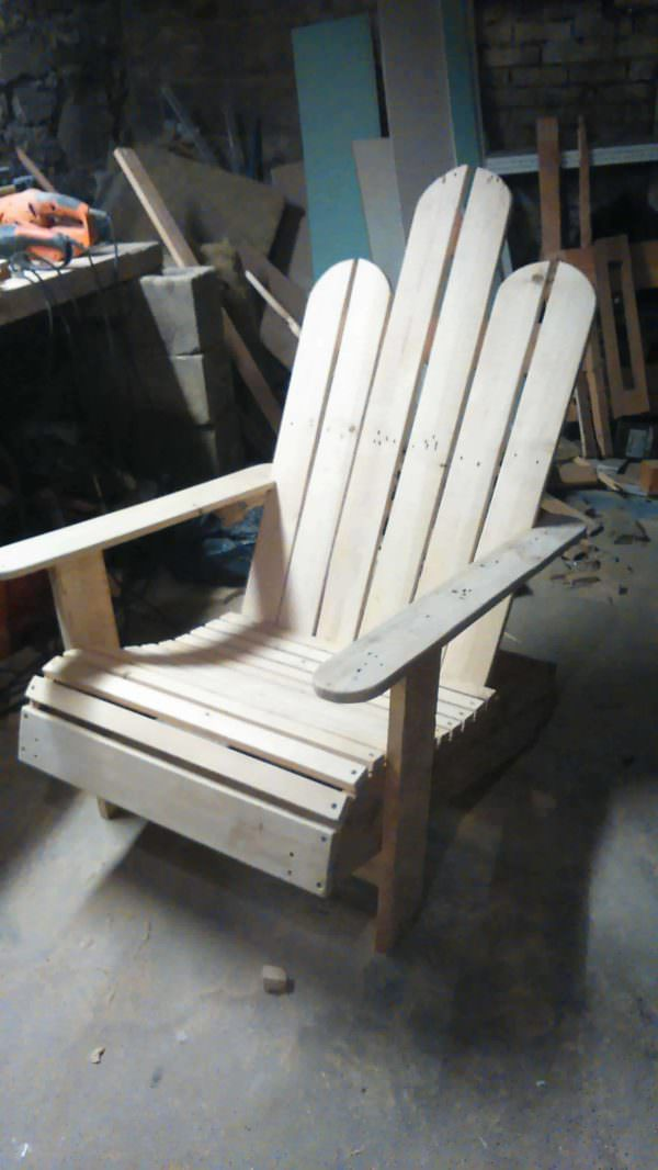 chaise en bois de palettes adirondack pallet chair 1001 pallets. Black Bedroom Furniture Sets. Home Design Ideas