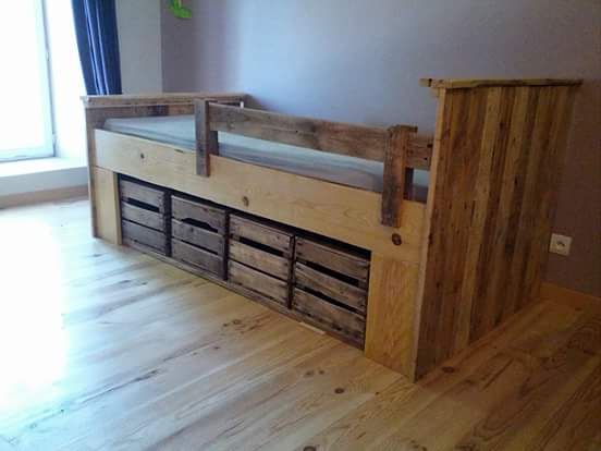 Lit En Palette Et Caisse à Pomme / Pallet & Apple Wooden Crates Bed DIY Pallet Bedroom - Pallet Bed Frames & Pallet Headboards