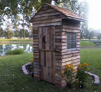 Yard Doody: Pallet Outhouse
