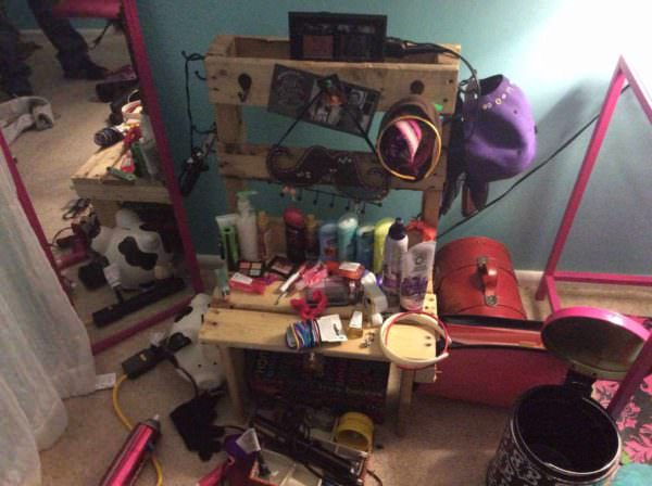 Make Up Center From Recycled Pallet Pallet Desks & Pallet Tables