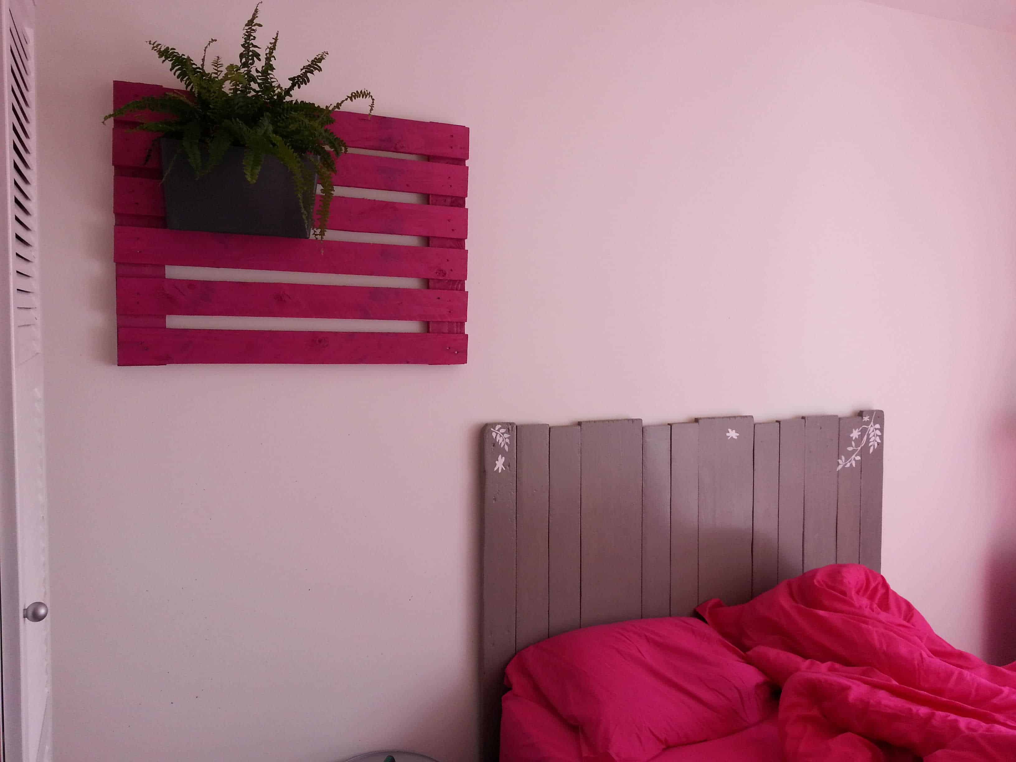 t te de lit et porte jardini res pallet bed headboard wall planter holder 1001 pallets. Black Bedroom Furniture Sets. Home Design Ideas