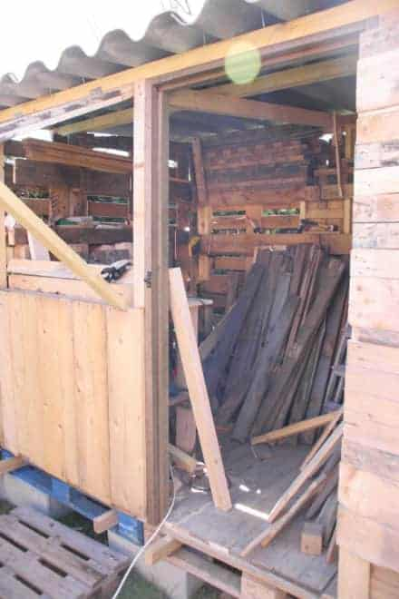 Atelier En Palettes / Upcycled Pallet Workshop Shed