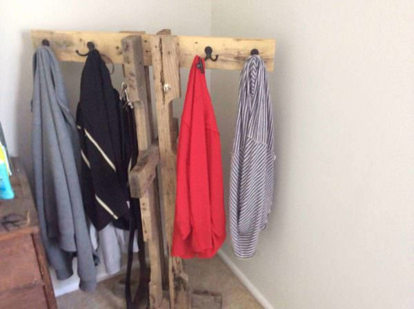 Clothes & Towel Pallet Hanger Pallet Shelves & Pallet Coat Hangers