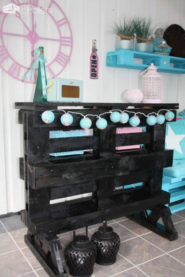 Bar And Benches In Garden Room Made Out Of Repurposed Pallets DIY Pallet BarsPallet Benches, Pallet Chairs & Stools