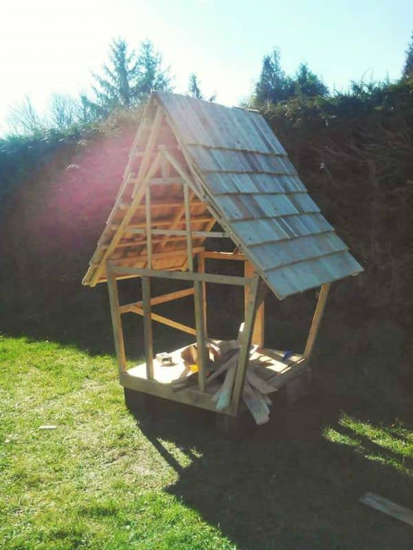 Cabane Enfants Façon Tim Burton / Fairy Tale Kids Pallet Hut From 11 Pallets Fun Pallet Crafts for Kids Pallet Sheds, Pallet Cabins, Pallet Huts & Pallet Playhouses